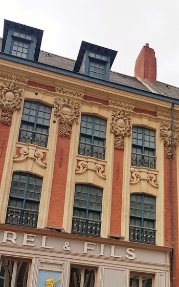 boulets de canon sur les façades lilloises